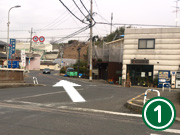 駒ケ谷駅を出たところの川を渡ったら、大通りを真っ直ぐ進んで下さい。